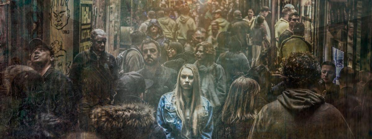 Frau in der Menschenmenge