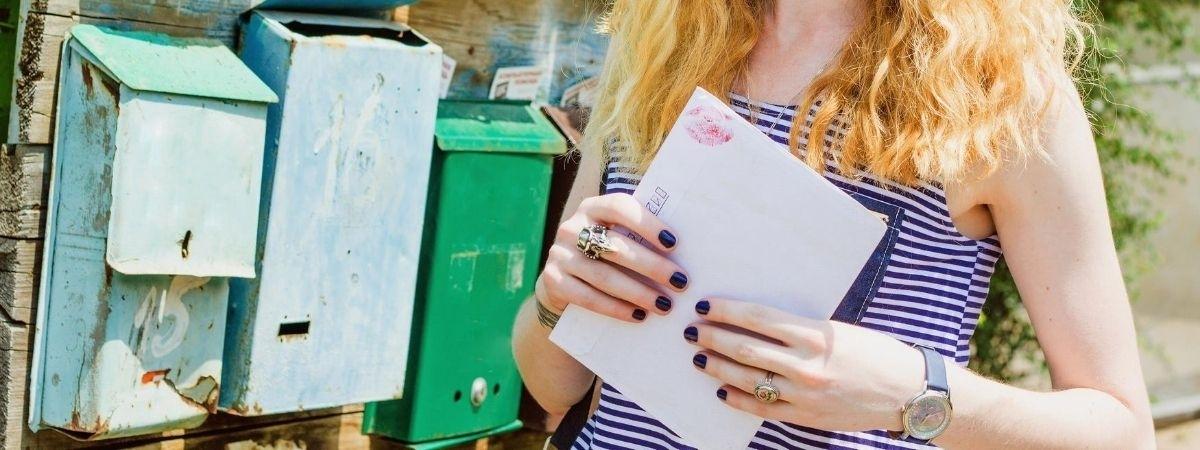 Briefumschlag und Briefkästen