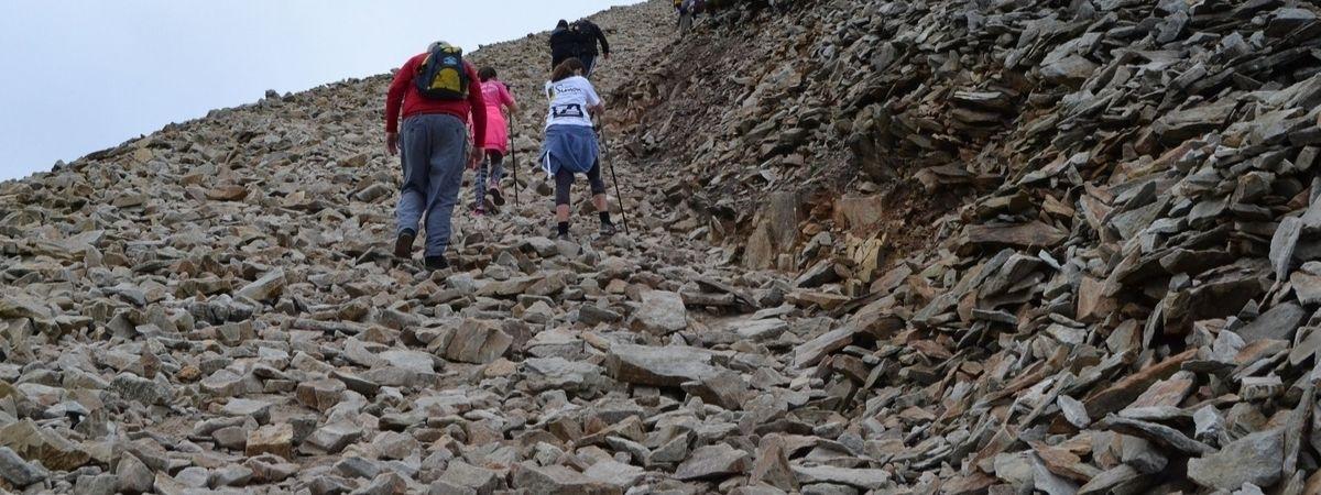 Menschen, die einen Berg erklimmen