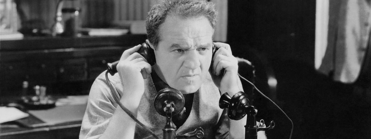 Mann telefoniert mit zwei Telefonen