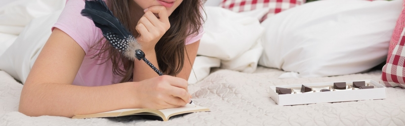 Frau schreibt Tagebuch