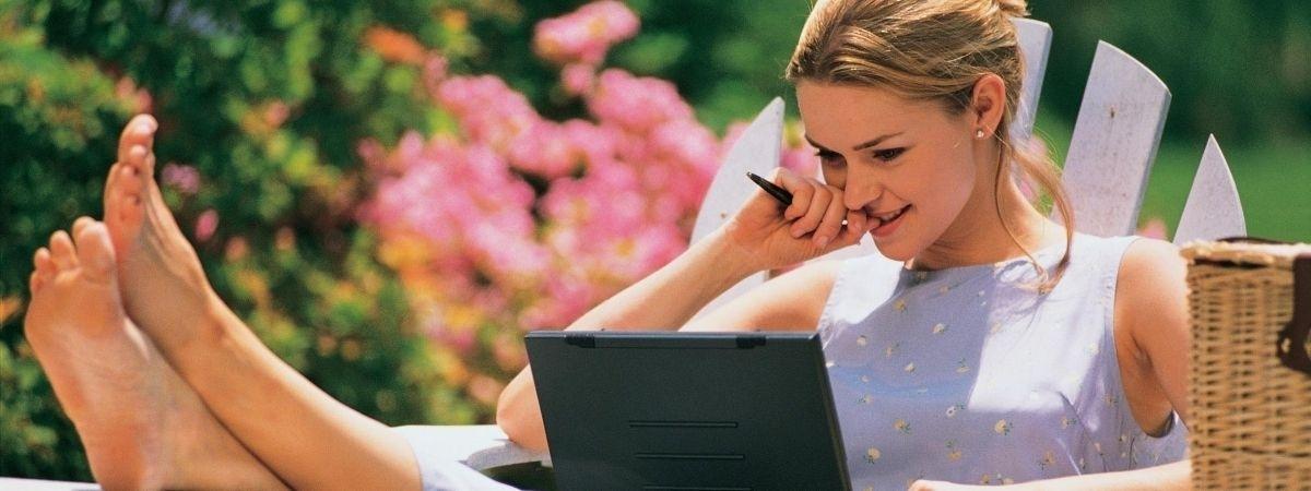 Frau ganz entspannt am Laptop