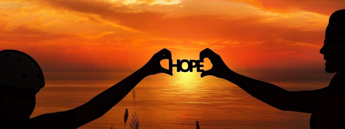 Sonnenuntergang mit Schriftzug Hope