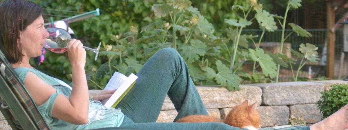 im Garten mit Wein und Katze