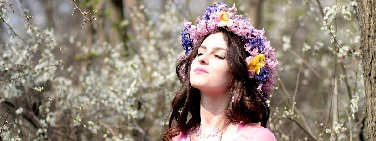 Frau mit Blumenkranz im Haar