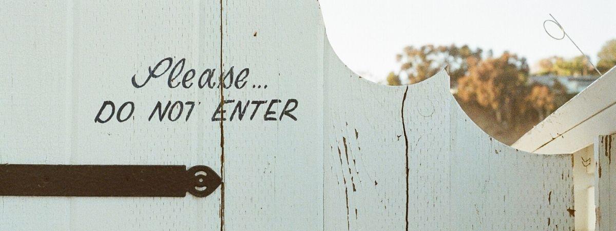 Zaun mit Loch, bitte nicht eintreten