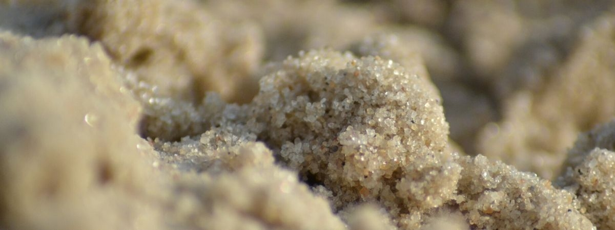glitzernder Sand am Meer